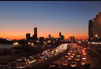 야경이미지:퇴근길 도로위의 차들을 찍은 사진
