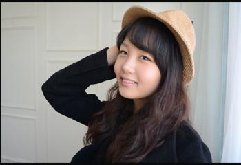 인물이미지: 모자를 쓰고 포즈를 취한 여자 사진
