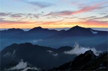 산맥이 보이는 노을진 모습