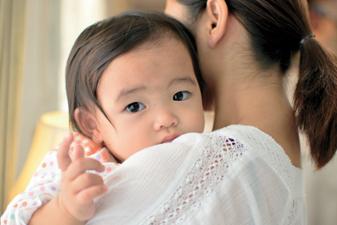 사진:아기가 엄마품에 안겨 있는 모습