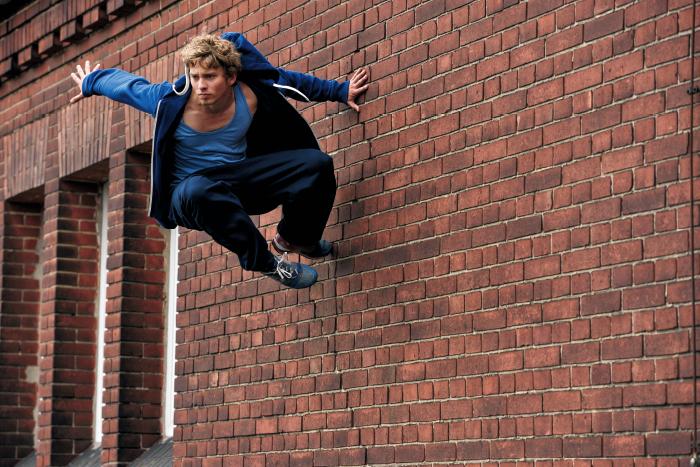 벽을 딛고 뛰어오르는 작품 사진