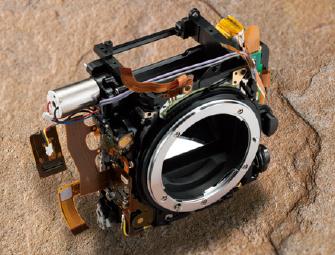 구동력 유닛(D810과 같은 4개의 모니터 탑재)을 장착한 앞바디