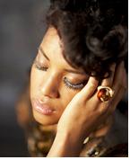 눈을 감고 턱을 괴고 있는 흑인여성의 모습으로 눈의 앞, 뒤 대비가 독특한 문위기를 만들고 있으며 가슴부터 시작되는 배경 흐림음 피사체를 돋보이게 함과 동시에 그 자체가 아름다운 풍경이 되는 사진: 샘플이미지 클릭시 더큰 이미지 보기 페이지로 이동