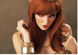 골드 브레이슬릭과 머리카락, 그림자의 부분의 섬세한 디테일, 계조를 표현한 사진으로 붉은긴생머리를 하고 화려한 장신구를 지닌 여성의 사진: 샘플이미지 클릭시 더큰 이미지 보기 페이지로 이동