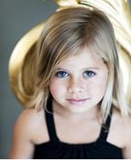 맑은 큰눈, 사랑스러운 입술, 부드러운 머리카락을 가진 금발의 백인 여자 아이의 사진: 샘플이미지 클릭시 더큰 이미지 보기 페이지로 이동
