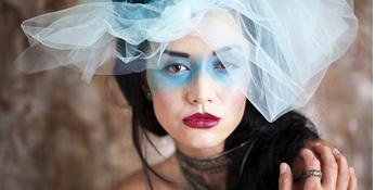 눈매의 개성적인 메이크업과 동일한 색상의 베일이 섬세하고 디테일을 강조한 패션 포트레이트 사진: 샘플이미지 클릭시 더큰 이미지 보기 페이지로 이동