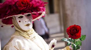 붉은 장미를 들고있는 마스크를 쓴 여인의 모습입니다.클릭하면 새 창으로 확대사진이 열립니다.