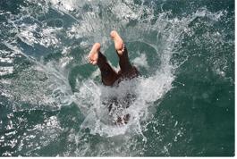 물속에 풍덩 빠지는 모습으로 발바닥이 보이는 사진