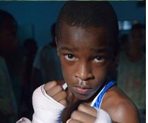 흑인의 남자아이가 복싱자세를 취한 사진