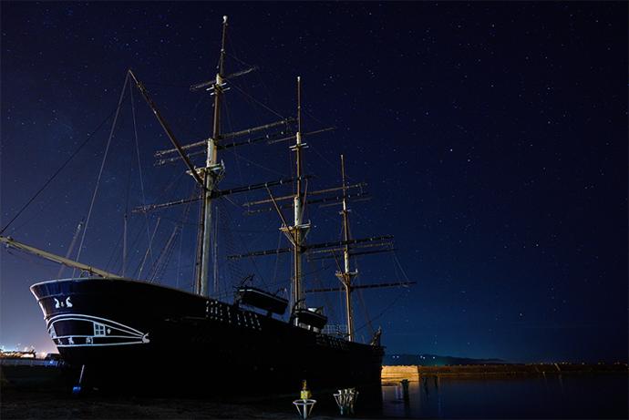 작품예시1 : 밤하늘이 빛나는 부둣가에 정착되어 있는 배 한척
