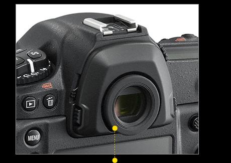 2개의 메인 커맨드 다이얼과 서브/멀티 셀렉터, 그립감을 높여주는 메모리카드 슬롯 커버, 새롭게 추가된 Fn3(네트워크 연결) 버튼, 엄지 피팅감을 높여주는 후면 서브 그립, JPEG 화질을 빠르게 설정하는 QUAL 버튼